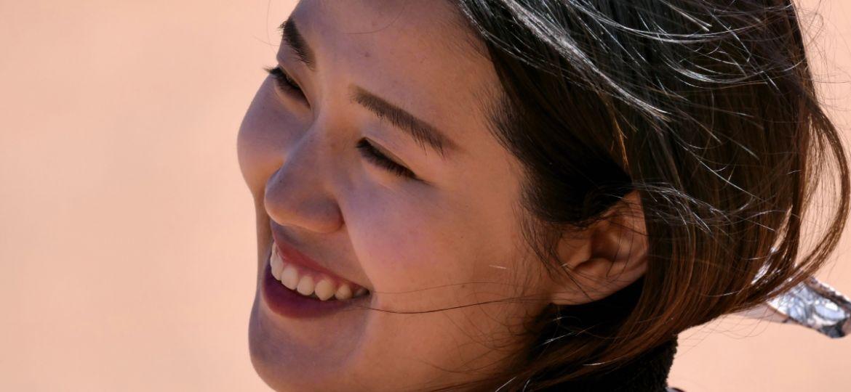 WECARE的口腔美學權威-陳亨龍總院長,首先使用「DSD數位微笑設計」,以先規劃、後治療的方法,「以終為始」的規劃專屬Elaine的口腔美學藍圖,提出A、B方案,模擬出最適合的笑容與五官比例,在達成醫病共識之後,療程便正式開展。